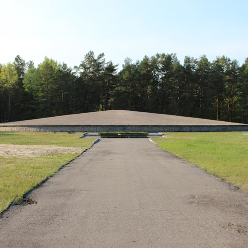 Ash mausoleum in Sobibor. By Azymut (Rafał M. Socha) (Own work) [CC BY-SA 4.0 (http://creativecommons.org/licenses/by-sa/4.0)], via Wikimedia Commons.