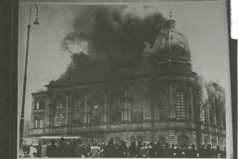 Frankfurt synagogue burning on Kristallnacht.