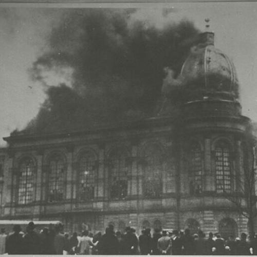 Frankfurt synagogue burning on Kristallnacht. By Center for Jewish History, NYC [No restrictions or Public domain], via Wikimedia Commons.