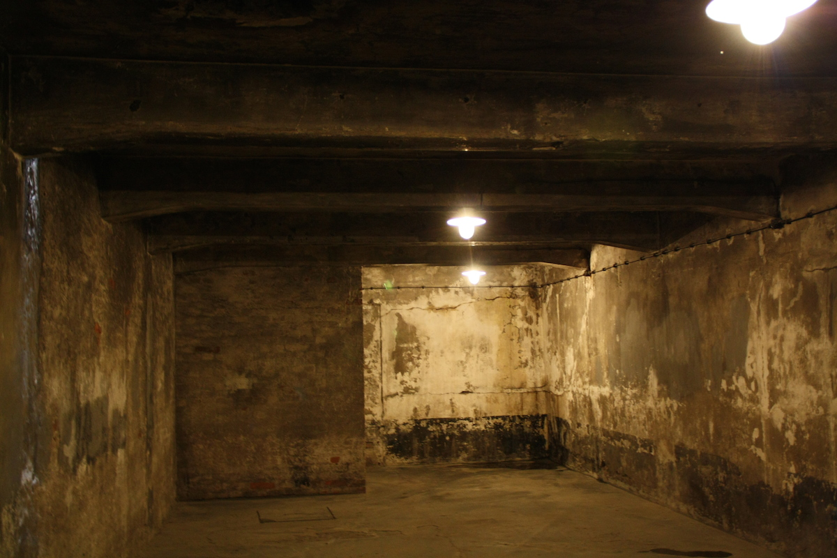 Interior of Gas chamber in Main Camp. By Illogical2007 (own work) [CC BY-SA 3.0 (http://creativecommons.org/licenses/by-sa/3.0)], via Wikimedia Commons.